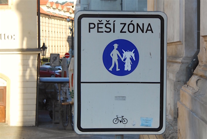 "Sign that says ""Pesi Zona"""